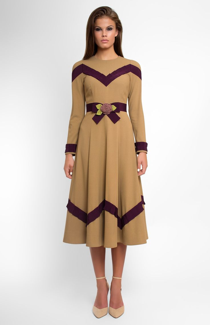 Long-sleeve slim-fit wool dress decorated with cotton ribbon. Round neck. Hidden back zip closure. Belt with a designer handmade rose. Without pockets.