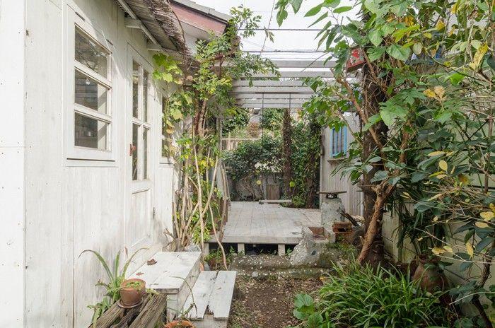庭では四季折々のグリーンの美しさが楽しめる。暑いときのために、デッキにはテントも設置。