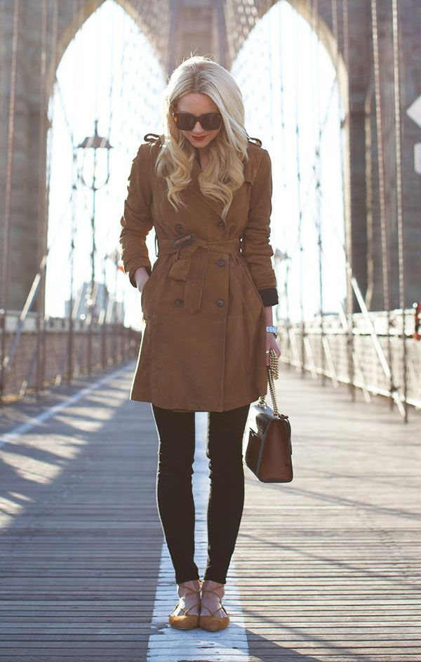 Street style look sobretudo marrom calça preta e flat bege.