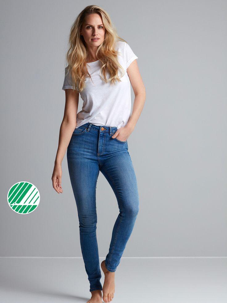 Highwaist-jeansen vi älskar! Modellen är hög i midjan, har smala ben, och kommer i olika tvättar och kvaliteter. Hannah är en av våra premium-jeans, som bev Ljusblå