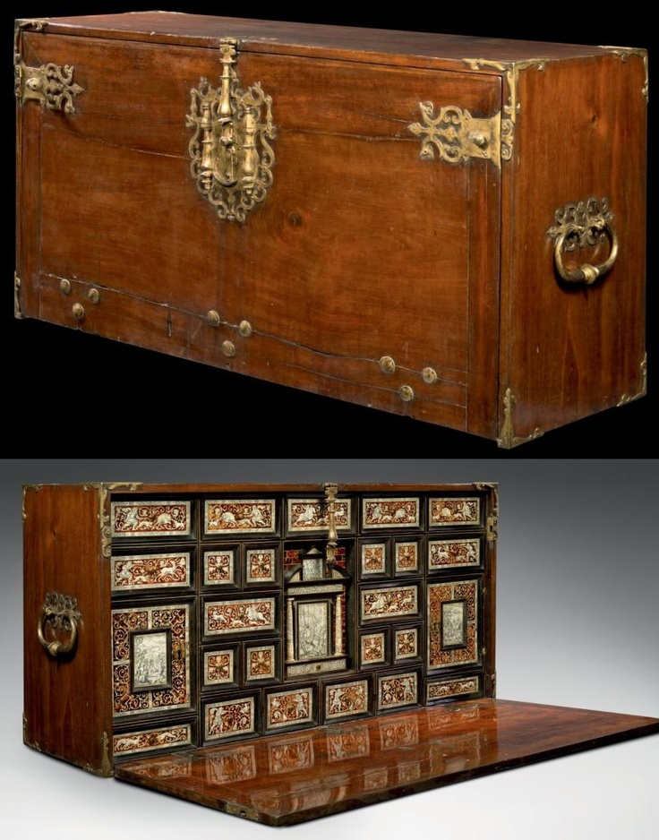 SPECIAL CABINET (BARGUENO) Soul softwood and oak barrels, mahogany veneer, ebony, tortoiseshell, ivory, gold and iron. H: 61.5 cm - L: 120 cm - D: 39 cm Working Flemish Hispano - End of the sixteenth century
