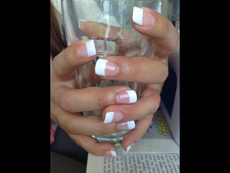 Gele negle med almindelig fransk manicure.