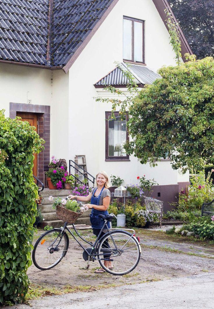 Hon och hennes barn har landat i ett hus på Trädgårdsgatan i det lilla samhället Löberöd, inte långt från Lund. Här hittade Minna ett läge med möjligheter: dels en underbar trädgård, dels ren natur precis inpå knuten. Att det gedigna huset från 1924 var generöst och inbjudande gjorde förstås sitt till, och på kort tid har hemmet formats av sin familj. Huset har putsad fasad, vackert burspråk och en lummig trädgård med allt från äppelträd och rosor till sköna sittplatser.