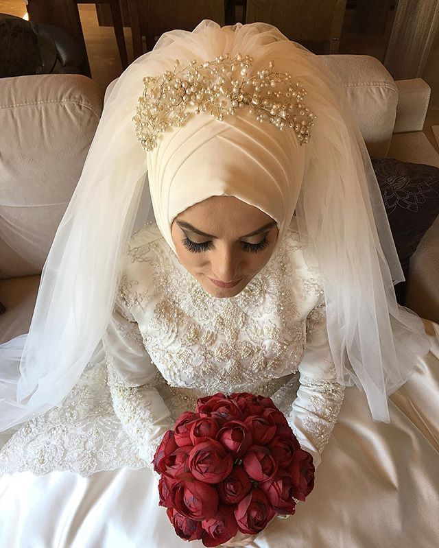 Love this... combination of the tembleque, veil, and hijab