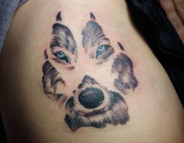 33 pfoten tattoo ideen bilder und bedeutung wolf hund. Black Bedroom Furniture Sets. Home Design Ideas