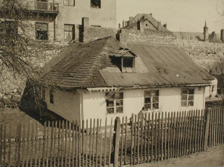 Dom (nr 9) przy ul. Podgórskiej, przy murze Kazimierza, 1914 r. W górze widoczny dach szpitala Bonifratrów.