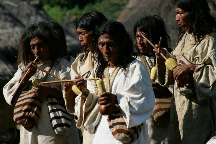 """Cultura Kogui de la Sierra Nevada de Santa Marta  Para los Kogi o Kággaba la """"madre tierra"""" es lo más sagrado con lo que cuentan, pues es quien los alimenta."""