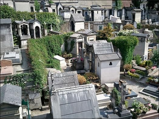 Photo of picturesque tombs of Montmartre Cemetery -Picturesque tombs in the cemetery.