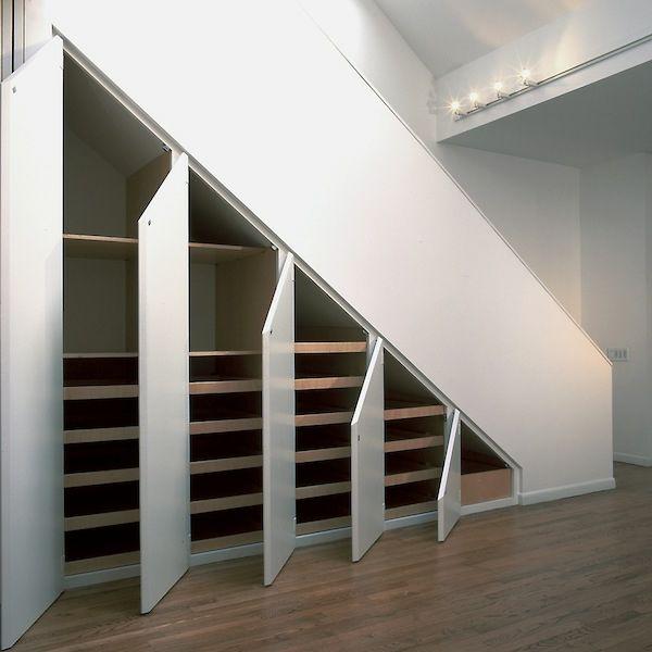 Le rangement sous pente optimise l'espace sous les combles et sous les escaliers. Il s'efectue à l'aide des meubles sur mesures et de vos idées créatives.