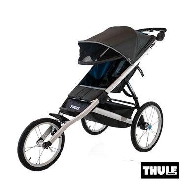 Thule Glide est une poussette de sport de haute performance avec un design aérodynamique léger, vous permettant de tirer le meilleur parti de votre course sur n'importe quel terrain. a www.bebelelo.com #thule #thulestroller #blackstroller #jogging