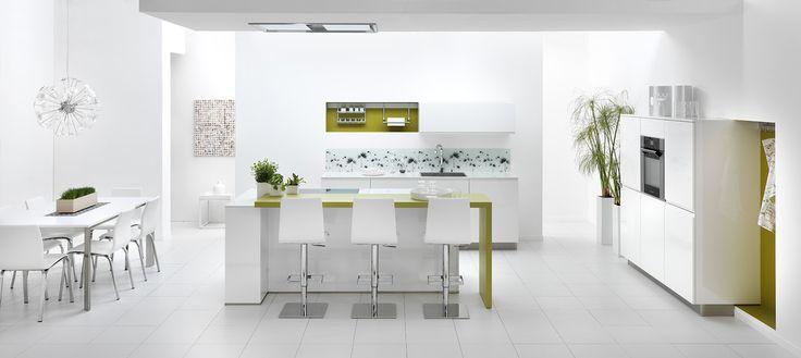 Biała kuchnia, kolorowe elementy w kuchni, nowoczesna kuchnia.  Zobacz więcej na: https://www.homify.pl/katalogi-inspiracji/13222/wyjatkowe-biale-kuchnie