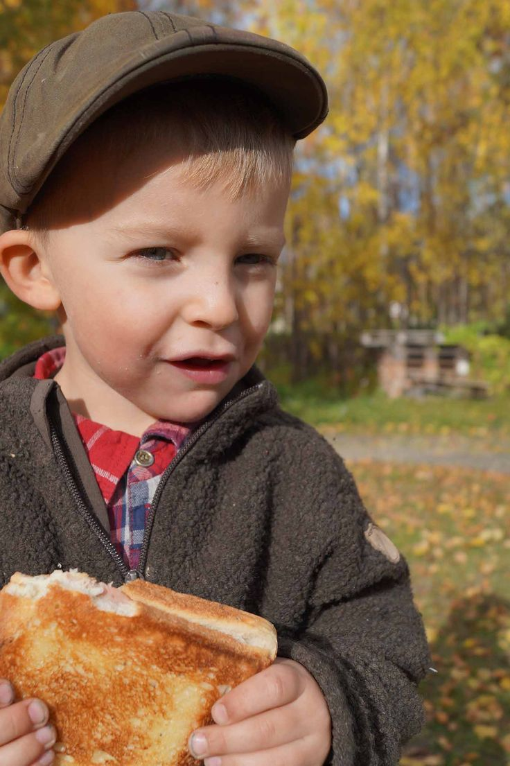 Varm toast tillagad i Eldmarks mackjärn av stål. Bred smör på utsidan bröden, fyll med ost, skinka tomat. Värm över öppen eld, ca 1,5min per sida. Njut