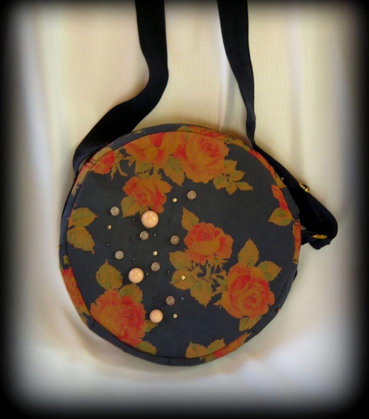 Vintage rózsás körtáska -Handmade by Judy Majoros: Vintage stílusú műselyem az alapja ennek a körtáskának. Több rétegű, különböző anyagokból készült a táska merevítése, hogy használat közben is tökéletesen megtartsa a formáját, és vízálló is legyen. Ezeken kívül tetején félkör alakú műanyag merevítést is kapott. Cipzárral záródik. Elejét különféle gyöngyök díszítik. Belsejét műselyemmel béleltem, két zseb található benne, és belső része is gazdagon díszített. Pántja állítható