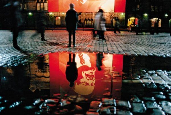 6 ноября 1990-й год, задание журнала «Тайм» — снять оформление города перед 7 ноября. Это последнее 7 ноября, когда прошла коммунистическая демонстрация. Кадр был напечатан в «Тайме», и потом он вошел в лучшие фотографии года в Америке — здоровая книга, она у меня есть. А назавтра уже ничего не стало. Все, последняя демонстрация, последний парад. Абзац.