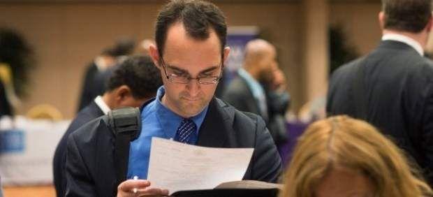 Como se debe redactar una #CartaDePresentacion - Un reclutador leyendo un #currículum  Carta de Presentación  #Empleo #Trabajo #RRHH