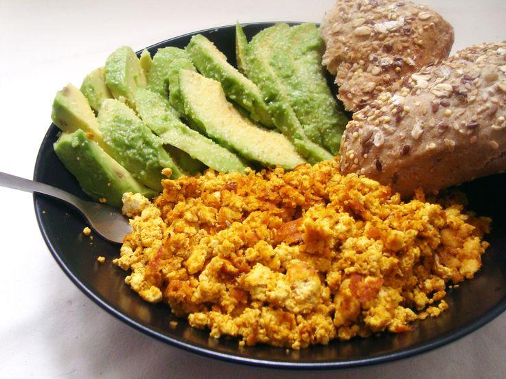 Brunch Vegan [Panquecas de aveia e maçã; Tofu mexido; Batido de banana, manga e hortelã]