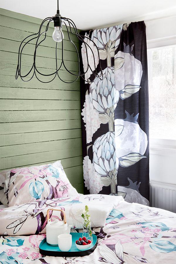 Tikkurila ja Vallila tekevät värikästä yhteistyötä. Vallilan Artisokka-verho by Saara Kurkela ja sointuva seinäväri: Tikkurilan Monsuuni X385. #tikkurilajavallila #tikkurila #maali #vallila #verho #sisustus #makuuhuone #artisokka #monsuuni