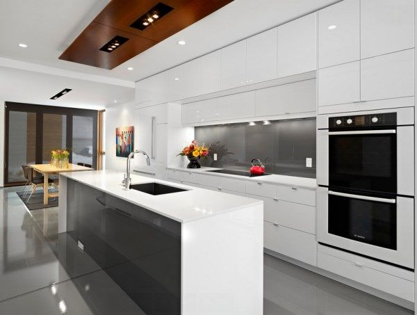 glänzend weiße moderne Küche-Fußboden mit Fliesen verlegt