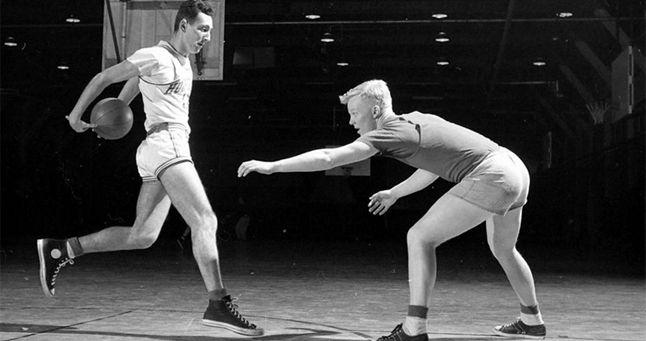 Ikonikus tornacipő - a Converse. A Converse klasszikussá vált tornacipője, a Chuck Taylor All Star 1917 óta kapható. Stabilan áll a sportdivat csúcsán, szívesen hordják a legkülönbözőbb stílusú emberek.