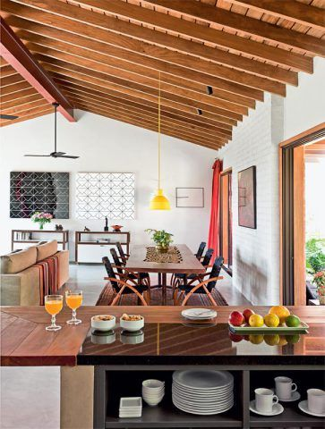 No pavilhão social, uma única viga metálica dá suporte ao telhado estruturado com cumaru. A combinação de luz focal e indireta (Reka) valoriza a arquitetura e as obras de arte.