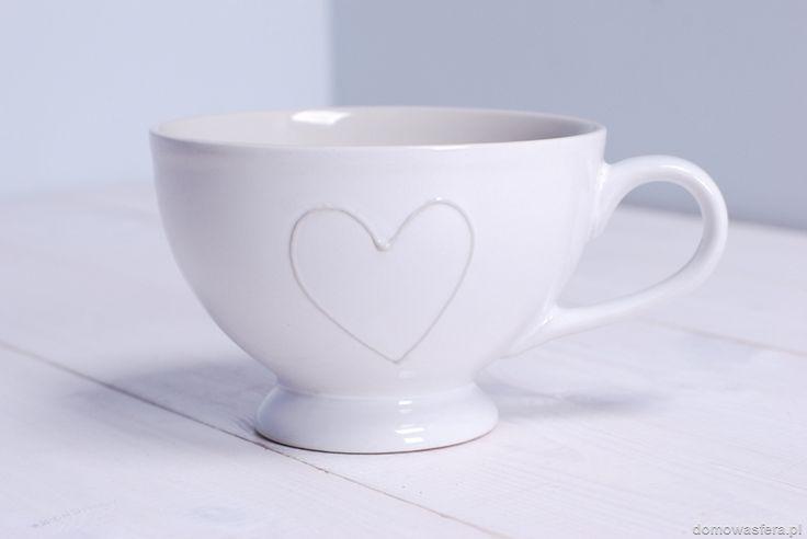 Kubek ceramiczny w subtelnym białym kolorze. Idealny na zimowe wieczory! Dzięki dużej pojemności naczynia, fani herbaty będą mogli cieszyć się nią jeszcze dłużej.
