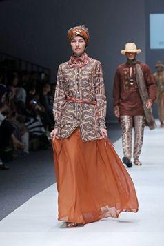 Itang Yunasz S/S Collection 2016 - Jakarta Fashion Week | Etnic - Kalimantan. www.itangsz.com