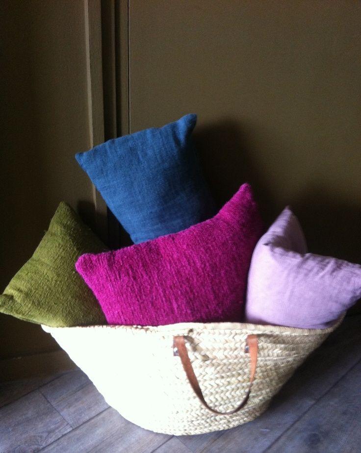 Basket of vintage hemp cushions Longmetrage