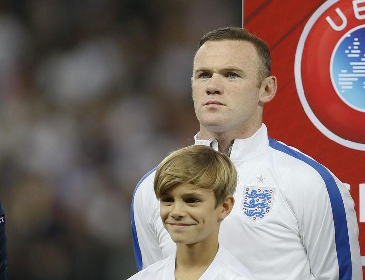 08.09 Wayne Rooney et le fils de David Beckham, Romeo, avant le match contre la Suisse dans le cadre des éliminatoires de l'Euro 2016 à Wembley.Photo: AP/Kirsty Wigglesworth