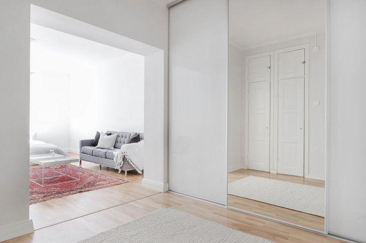Kaunis, valoisa oikea koti Turussa. Tilanjakaja tehty Inarian liukuovikaapistoratkaisulla. Sisustaminen sekä suunnittelu tehty yhdessä Kiinteistövälitys Bo LKV:n kanssa #valkoinen#tilanjakaja#new desing