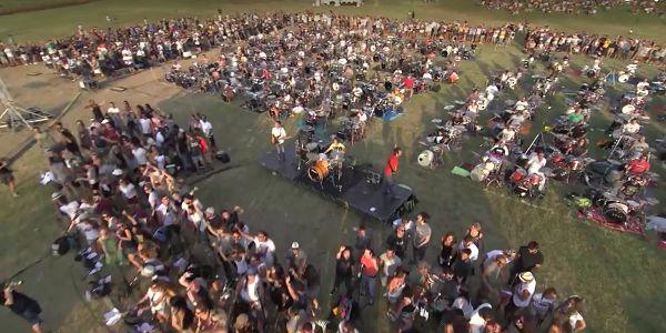 1000 muzikanten spelen Learn To Fly van de Foo Fighters