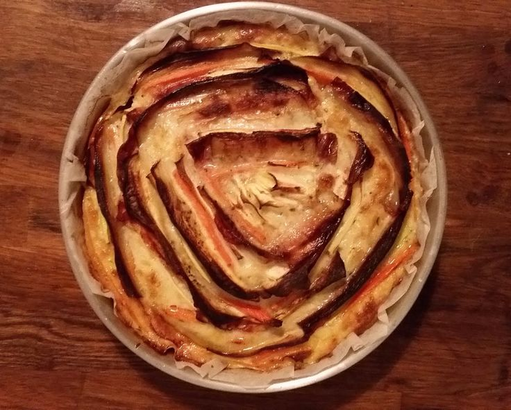 Préchauffer le four à 180°C. Eplucher les légumes, s'armer de patience et réaliser au couteau bien aiguisé de fines tranches régulières (idéalement mandoline). Disposer au fond d'un plat rond allant au four une feuille de cuisson. Commencer la fleur par le bord extérieur en commençant par la carotte, puis la courgette, le bacon et enfin […]