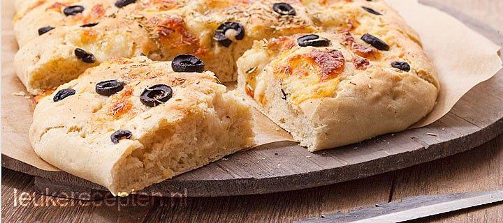 Simpel recept voor lekkere zelfgemaakte focaccia met mozzarella, olijven en…
