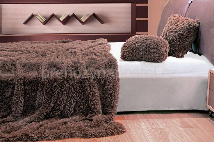 Chlupaté plyšové deky, přehozy v hnědé barvě