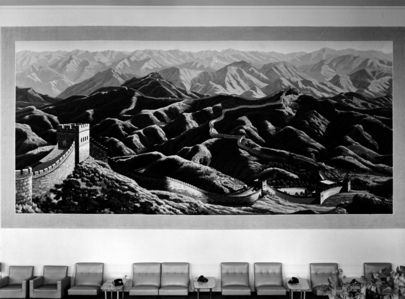 La tapisserie a été offerte par la République populaire de #Chine. Elle représente la Grande Muraille de Chine qui s'étend sur les montagnes et les crêtes; l'éclat du soleil et la forêt luxuriante symbolisent la prospérité et la vitalité du pays. Elle mesure 10 m sur 5 m, pèse 280 kg et a été tissée avec plus de 53,8 millions de fils de laine et compte plus de 5,38 millions noeuds.