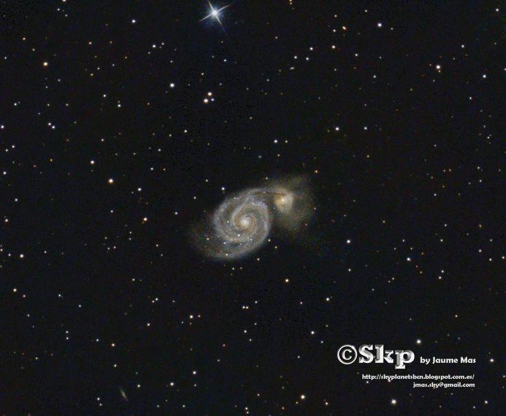 """Galaxia del Remolino, o Messier 51. Se trata de un par de galaxias en colisión, que hace entre 500 o 600 millones de años entraron en contacto y desde entonces han sufrido varios """"rebotes"""" que continuaran hasta estabilizar sus mareas gravitatorias, concluyendo en la fusión de sus estructuras apareciendo como una única galaxia. Está a 27 millones de años luz de nosotros. La foto la he hecho con mi telescopio reflector de 200mm desde el Pirineo de Girona, durante este mes de agosto de 2017."""