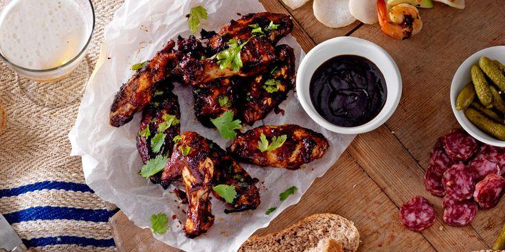 Heerlijk om te delen: stickey chicken wings op een plank. Ideaal voor een heerlijke borrel óf bij het diner! Voor de hele familie! Sticky chickenwings met mosterddip (6 stuks), dit heb je nodig: 450 g kippenvleugeltjes 100 g bruine basterdsuiker 1½ el pittige mosterd 125 ml wittewijnazijn 1 el honing 1 el sojasaus 1 blikje…