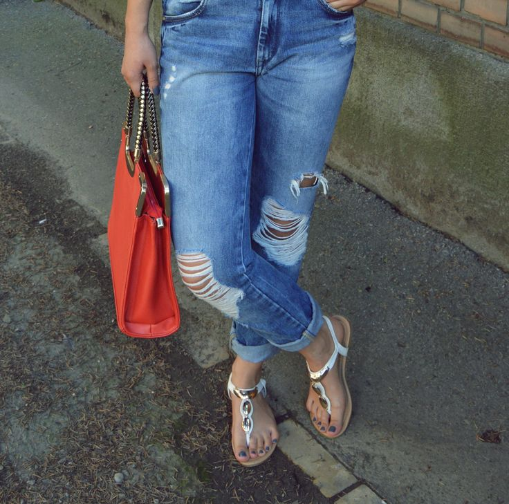 boyfriend jeans, ripped jeans, outfit, red bag  blogalinapop.wordpress.com