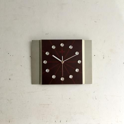 ヴィンテージJunghans(ユンハンス)の壁掛け時計|アルミニウムのクールなクロックフェイスのユンハンス壁掛け時計です!ブラウンのベースにレッドのラインと文字がまた素敵ですね。白や淡い色の壁に良く映える時計です。壁にかけるだけで華やかになるアイテムです。ご自宅のにはもちろん、カフェやレストラン、洋服屋さん、どこでも目に止まる素敵なインテリアとして飾ってください!