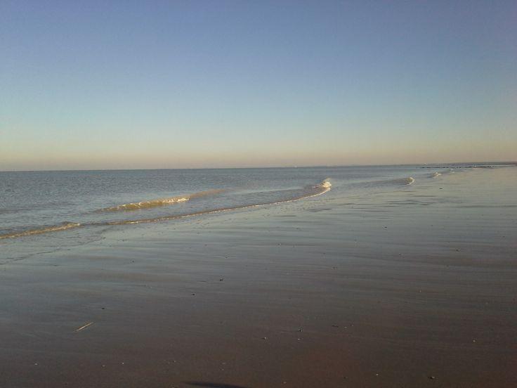 In de winter heerst er op zonnige, windstille dagen een oase van rust op het strand.