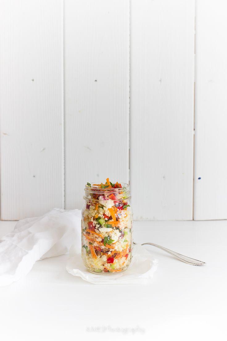 Zutaten für 2 große Portionen: 1 Tasse Couscous Saft von 1 Zitrone Olivenöl Salz Pfeffer 1/2 Salatgurke 1 Sitzpaprika 1 Karotte 2 getrocknete Tomaten in Öl eingelegt 1/2 Bund Minze Feta Saft von 1 …