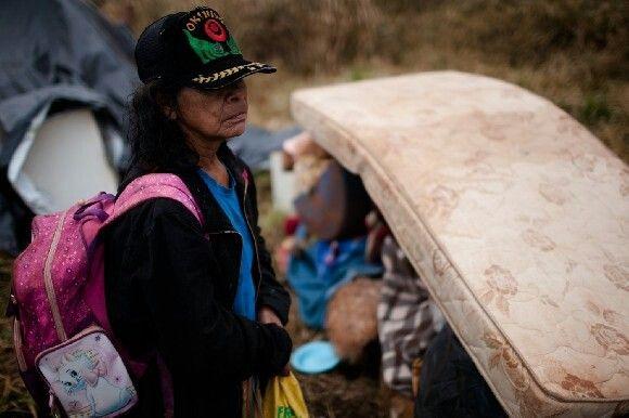 Numa operação desproporcional, quase uma centena de policiais despejou nove famílias Guarani Kaiowa do tekoha Apyka'i, na manhã desta quarta, 6, no município de Dourados (MS). Os pertences dos indígenas foram retirados e colocados em caminhões, e todos os barracos foram destruídos com um trator do tipo pá carregadeira. O proprietário da fazenda, Cassio Guilherme Bonilha Tecchio, estava no local, e garantiu a servidores públicos que não violaria os túmulos dos nove indígenas enterrados no…