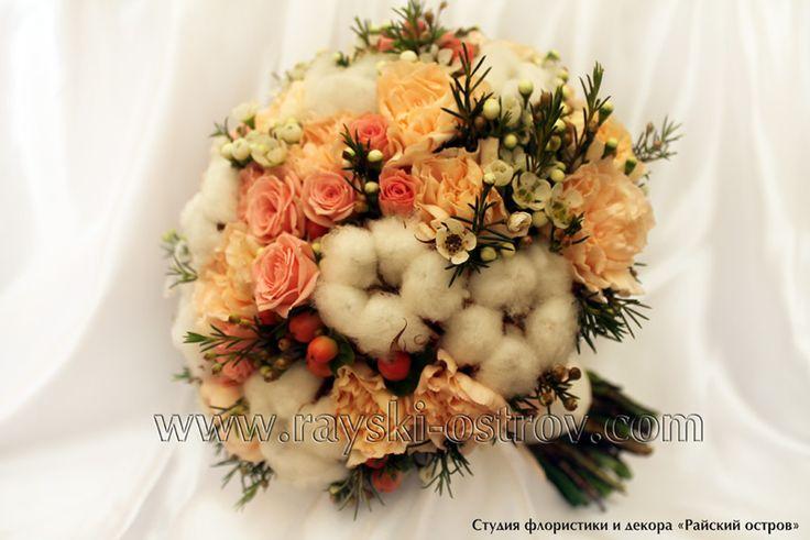Букет для невесты, составленный на своих стеблях из кустовой розы, гвоздики, гиперикума и хлопка. - Свадебные букеты невесты в Минске, оформление свадебного зала тканями, живыми цветами, цветочные композиции