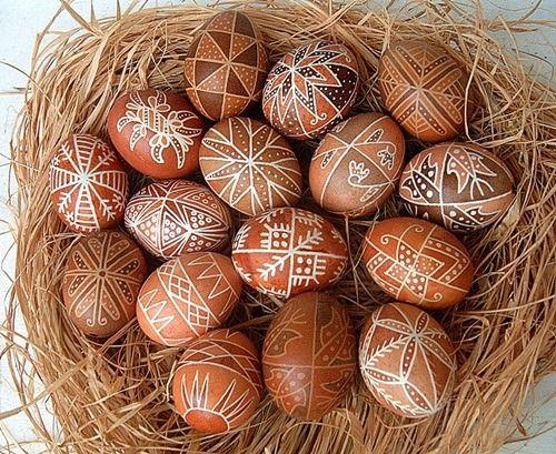 húsvét tojásfestés tojásdíszítés hagyományőrzés hagyományos tojásfestés íróka írókázás viaszolt tojás berzselés berzselt tojás gyimes osztókör tojásírás metszett tojás áttört tojás tojásfaragás