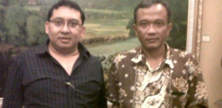 """Ini Respon Fadli Zon Soal Foto Bareng dengan Bambang Tri  KONFRONTASI-Foto Wakil Ketua DPR Fadli Zon dan penulis buku 'Jokowi Undercover' Bambang Tri beredar di publik. Fadli mengaku memang pernah foto bareng dengan Bambang beberapa tahun silam namun tidak pernah berkomunikasi lebih lanjut.  """"Bambang Tri penulis buku 'Jokowi Undercover' pernah bertemu saya 4-5 tahun lalu. Ia datang ke perpustakaan saya Fadli Zon Library dan meminta dukungan penerbitan bukunya 'Adam 31 Meter'"""" kata Fadli…"""