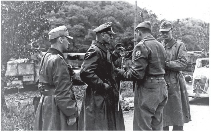 General Otto Freter, commander of 148th German division, with the surrender of his troops to the Brazilian General Zenóbio Costa (Archive of the Brazilian Army).