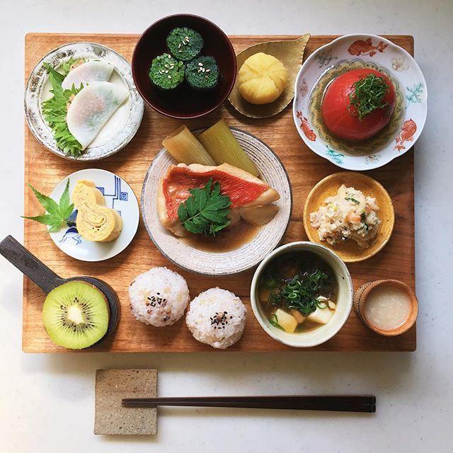 Today's breakfast. おはようございます 久しぶりのトマトのおひたしが美味しい朝 昨日の暑さで食べたいものが夏仕様に 今月もよろしくお願いします☺︎ * 大根 明太子 大葉の重ねサラダ ほうれん草の海苔巻き さつまいも茶巾 トマトのおひたし 瓢玉子 金目の煮付け 卯の花 雑穀米むすび なめこ 生もずく 豆腐の味噌汁 甘酒 キウイa50a