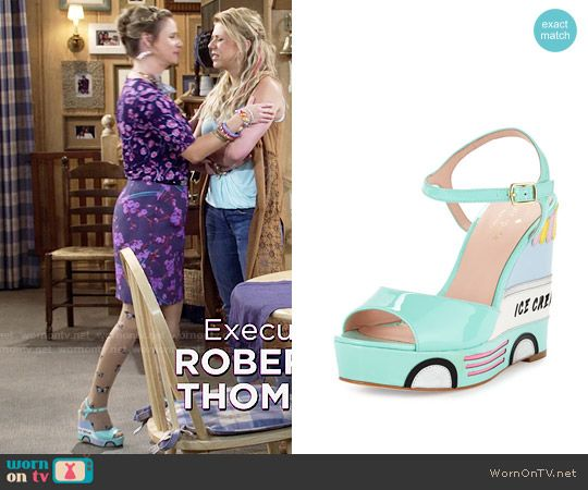 Kimmy's ice cream wedges on Fuller House.  Outfit Details: https://wornontv.net/64418/ #FullerHouse