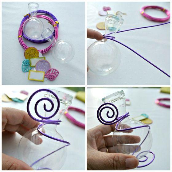 """Tuto #DIY pour une déco de table """"flower power"""" : décorer une fiole en verre avec du fil d'aluminium souple de couleur. Une création de Marie-Christine, de l'équipe créative Kesi'art."""