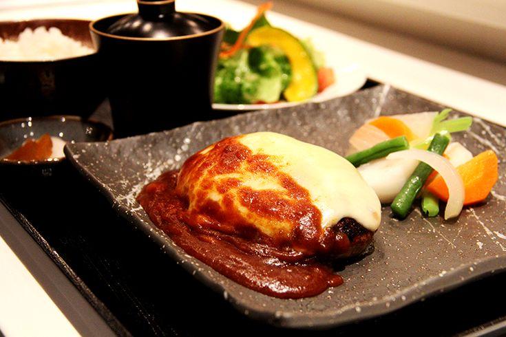 #月曜日 #赤坂 #グルメ #ランチ #tokyo 本日もランチスタートです。 5種類のメニューをご用意してお待ちしております。 http://www.psyzfoods.com/yakiyaki3noie/akasaka/lunch/… ◆国産ビーフモッツァレラチーズハンバーグ御膳