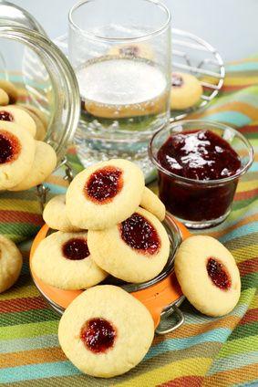Facili da preparare e amati da tutti, la ricetta dei biscotti con la marmellata o biscotti occhio di bue è semplice e permette di utilzzare le conserve estive.